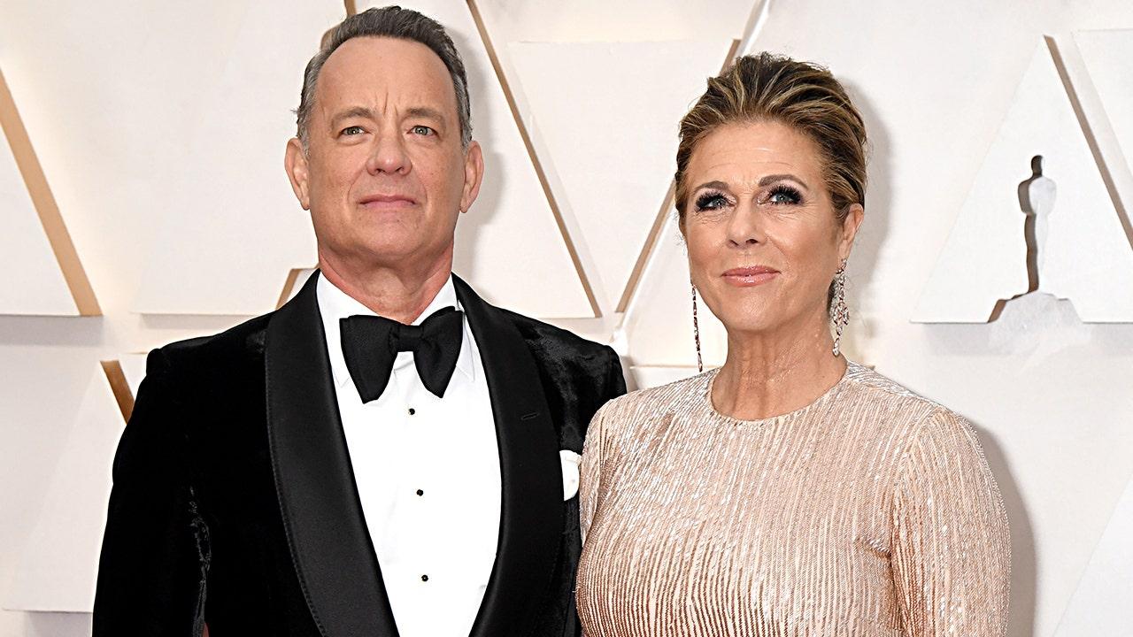 Tom Hanks und Rita Wilson Rückkehr nach Los Angeles nach der Prüfung positiv für Corona-Virus in Australien