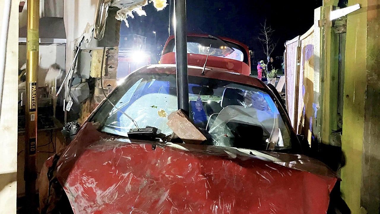 Οδηγός σχετικά με την εκτέλεση μετά από τη συντριβή του στο σπίτι, το αυτοκίνητο καρφώθηκε από το σωλήνα