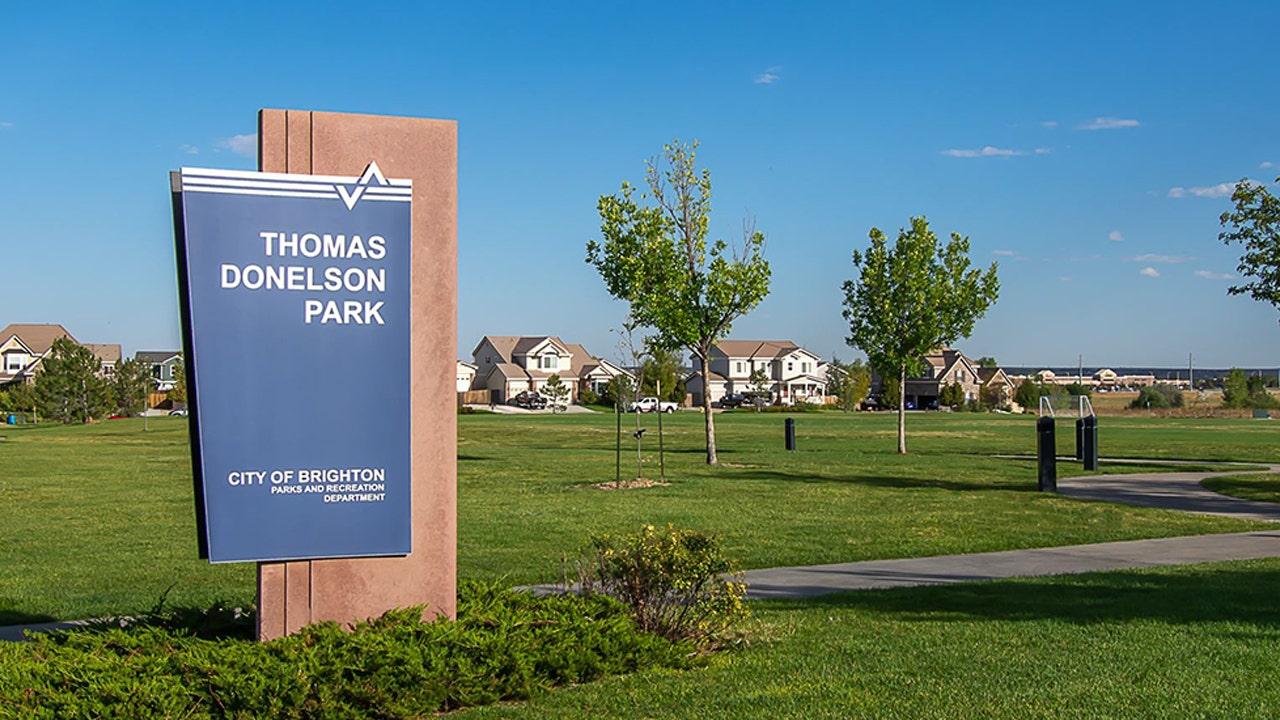 Colorado polisi minta maaf setelah ayah diborgol di depan putrinya di taman untuk melanggar 'jarak sosial'