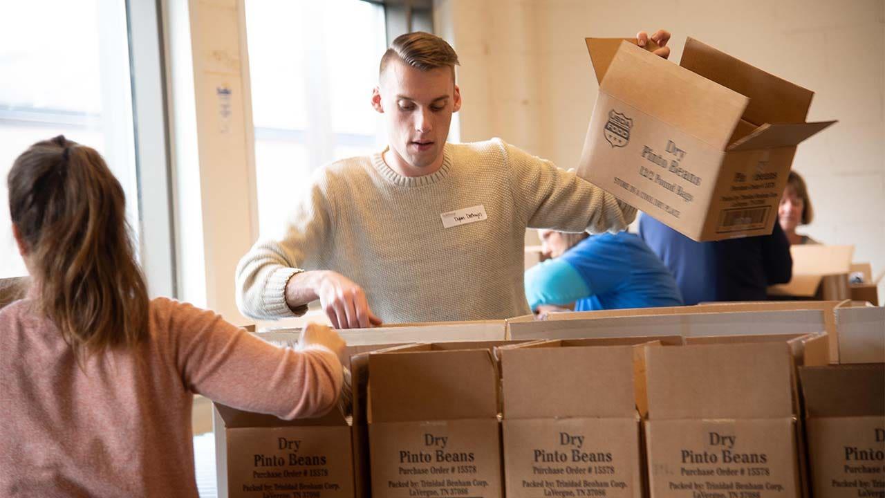 Coronavirus pandemi menyebabkan peningkatan besar dalam keluarga lapar, Feeding America CEO mengatakan