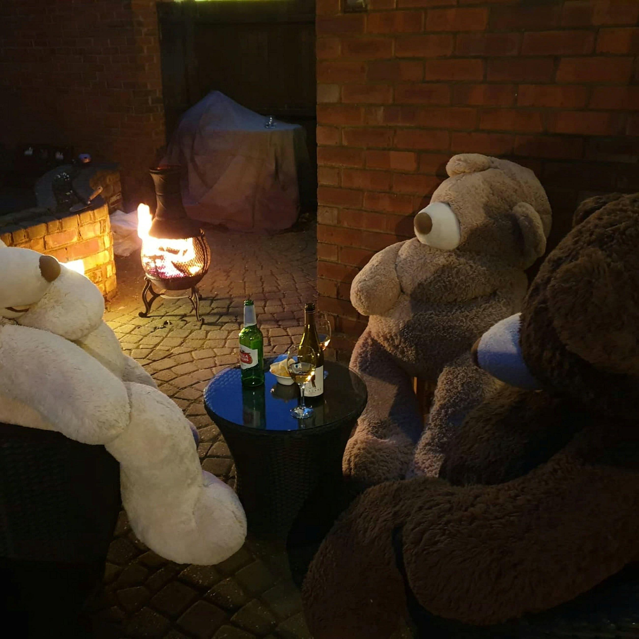 Coronavirus karantina: Ibu menghibur keluarga dengan menyamar raksasa boneka beruang di sekitar rumah
