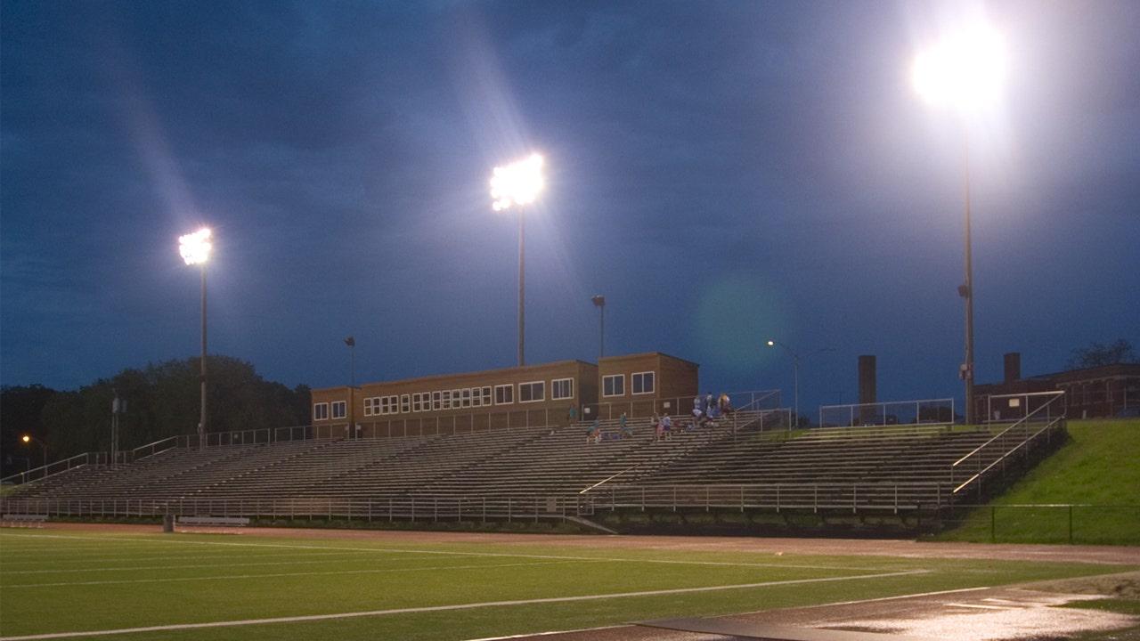 'Be the light': Mengapa sekolah-sekolah tinggi di seluruh Amerika terbakar lampu stadion