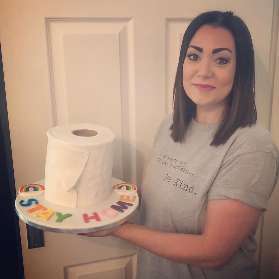 Μαμά συγκεντρώνει χρήματα για το τοπικό νοσοκομείο από το ψήσιμο χαρτί τουαλέτας ρολό κέικ: