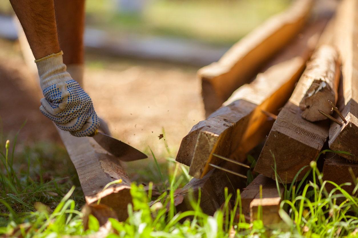 Tentara polisi di karantina menciptakan 'lumber jacked gym' keluar dari kayu di halaman belakang