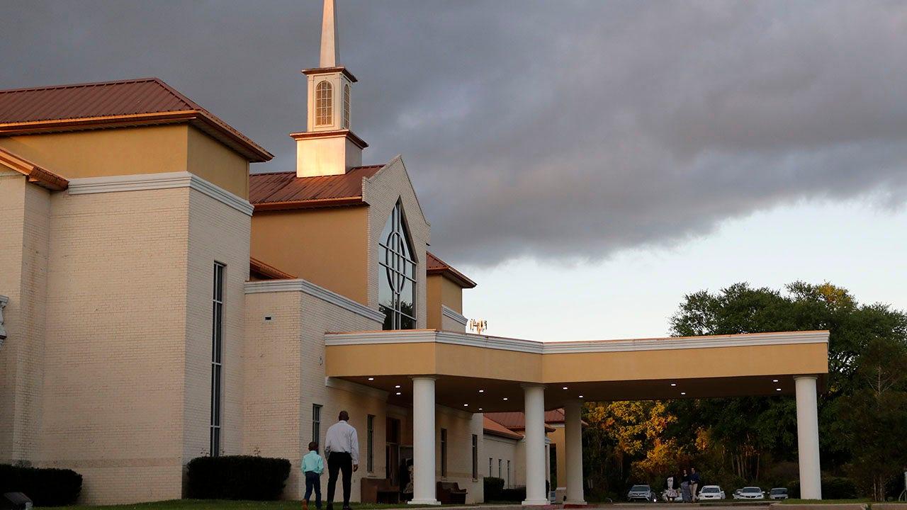 Beberapa pendeta menantang sebagai gereja-gereja yang merayakan minggu palma pada coronavirus wabah