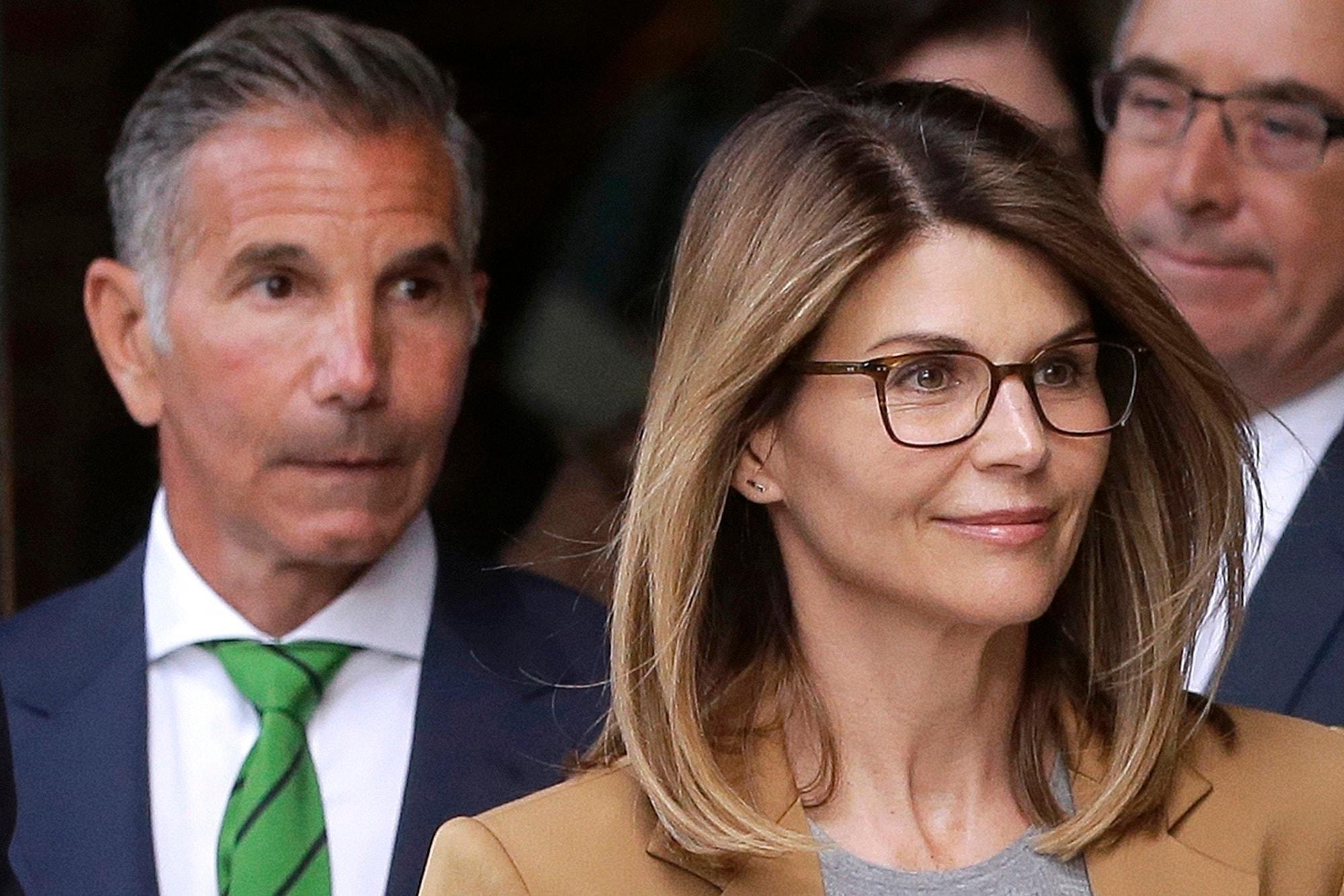 Lori Loughlin yêu cầu thẩm phán giảm 1 triệu đô trái phiếu, lập luận rằng 'không có dấu hiệu' cô sẽ bỏ trốn