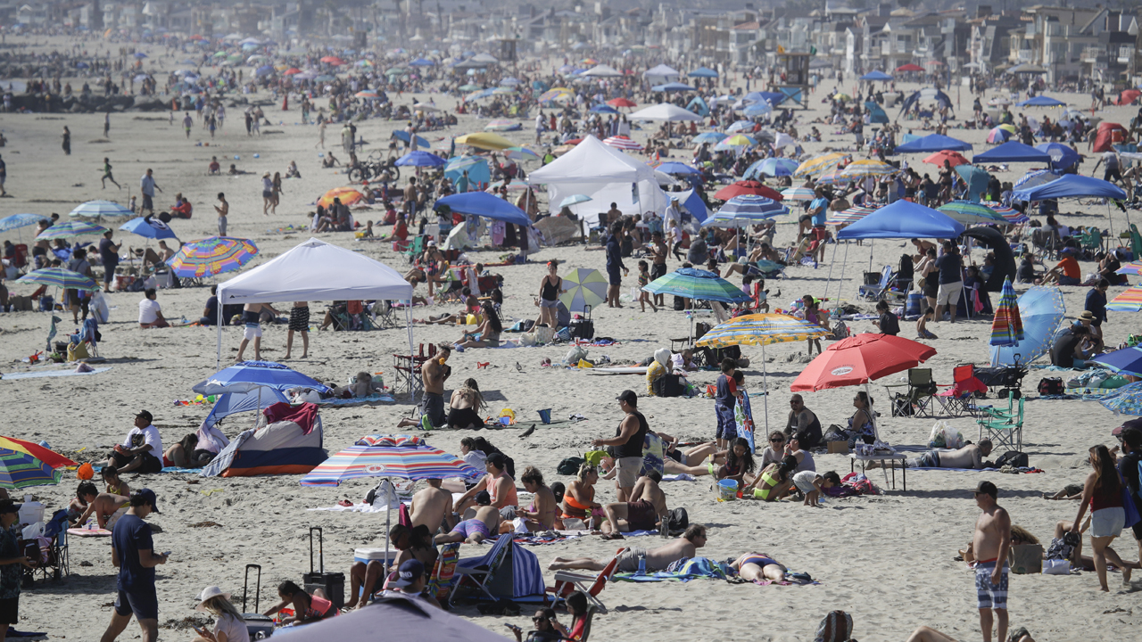 Memorial Day beach crowds lead to mixed messages from officials on coronavirus thumbnail