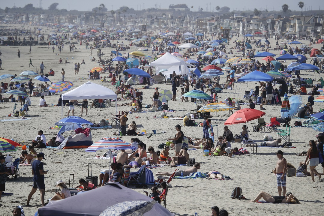 Thousands flock to beaches for holiday weekend as COVID rate soars but death rate remains stable – Fox News