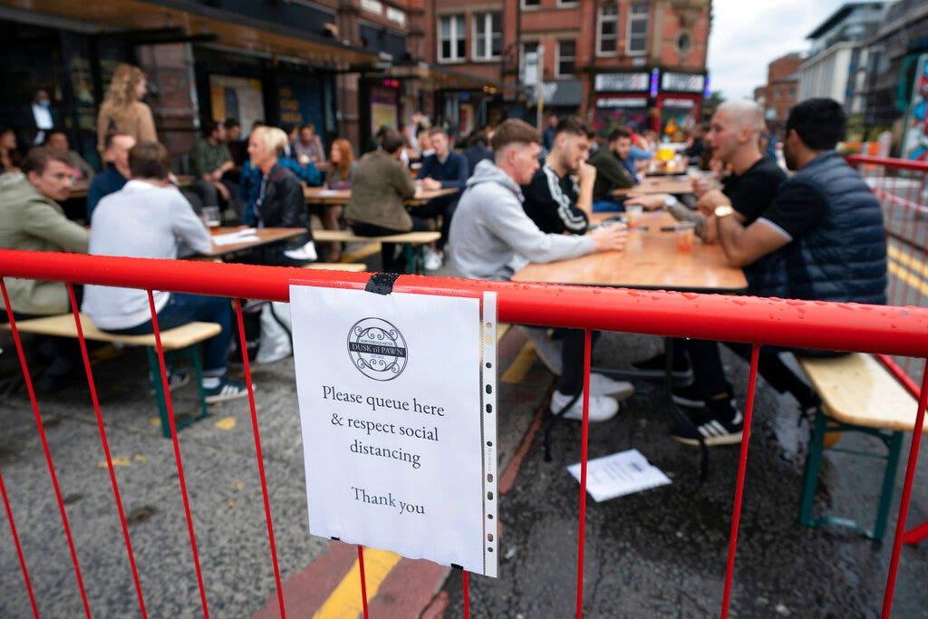 Các quán rượu ở Anh buộc phải đóng cửa sau nhiều ngày mở cửa trở lại sau khi khách hàng xét nghiệm dương tính với coronavirus