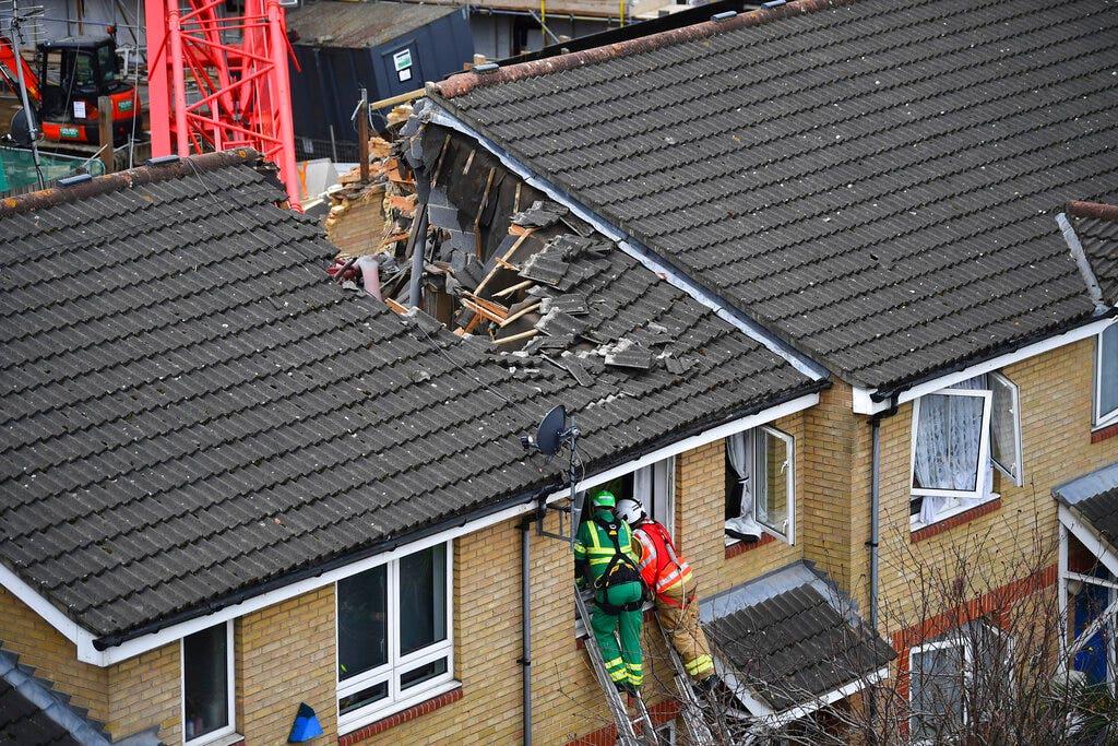 Cần cẩu rơi vào tòa nhà chung cư ở London, giết chết ít nhất 1 người và làm bị thương những người khác