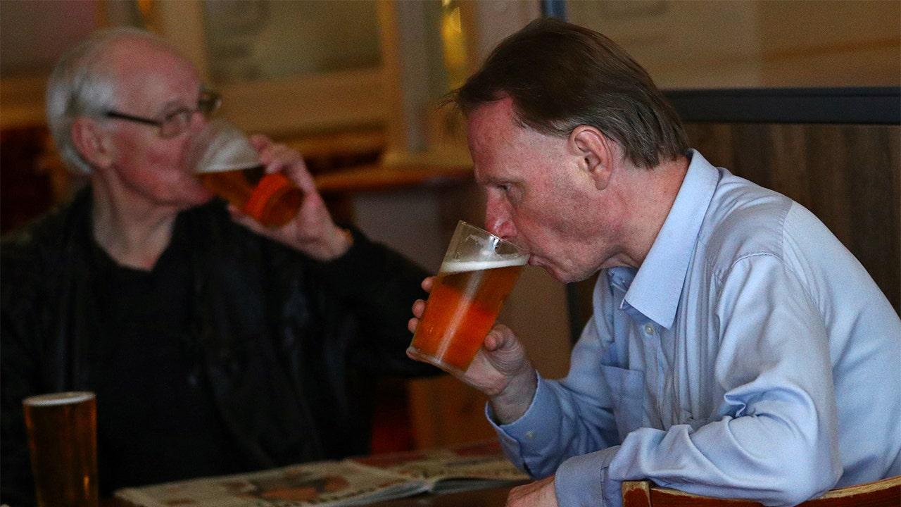 Các quán rượu ở Anh mở cửa lúc 6 giờ sáng, hạn chế coronavirus, khi cảnh sát chuẩn bị cho 'sự hỗn loạn'