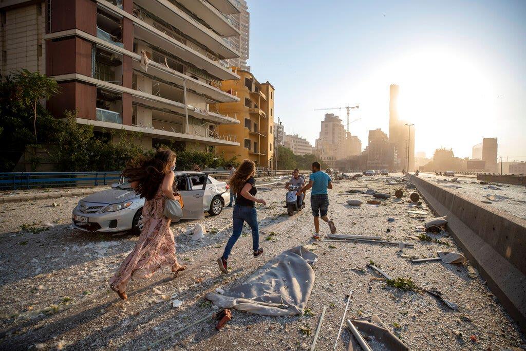 Vụ nổ ở Beirut: Các nhân viên cứu hộ điên cuồng tìm kiếm những người sống sót khi thủ đô Lebanon đối mặt với sự tàn phá lớn
