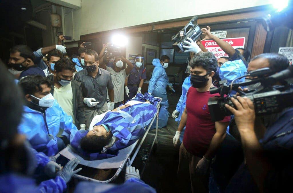 Chuyến bay của Air India trượt khỏi đường băng, tách làm đôi khi hạ cánh ở miền nam Ấn Độ;  16 người chết, hơn 120 người bị thương