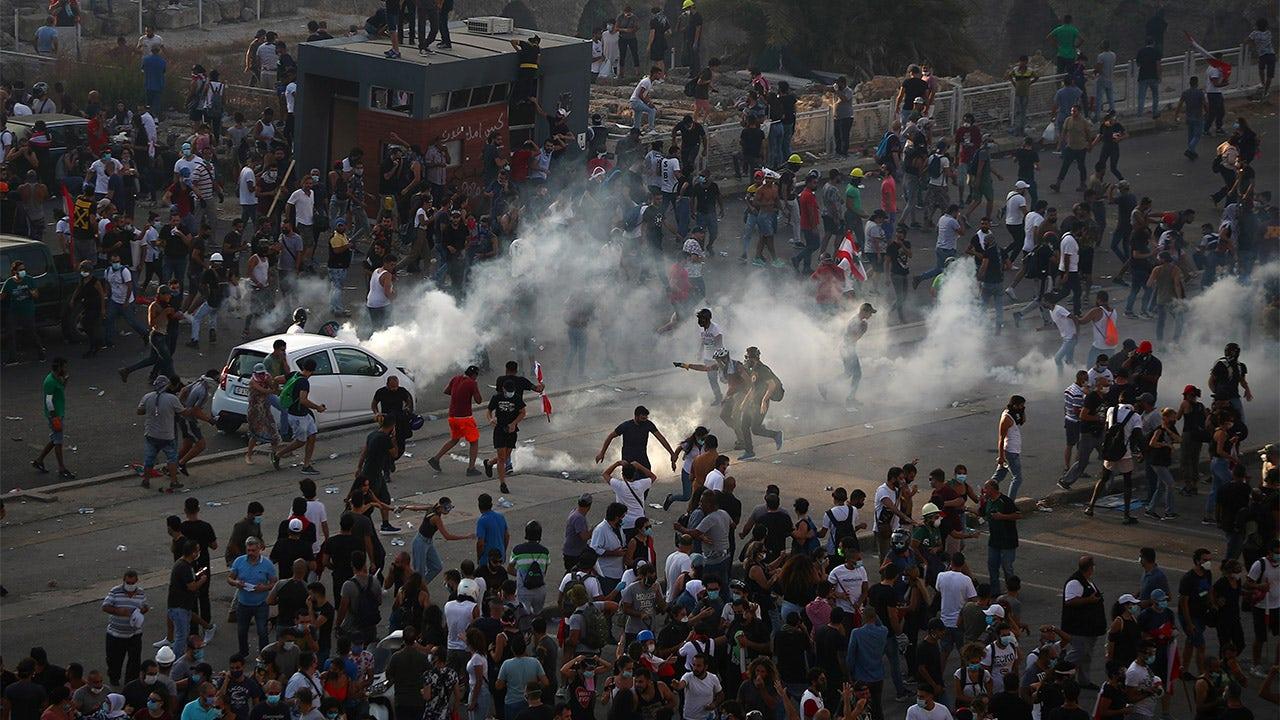 Người biểu tình Lebanon xông vào các tòa nhà chính phủ khi thủ tướng thề bầu cử sớm