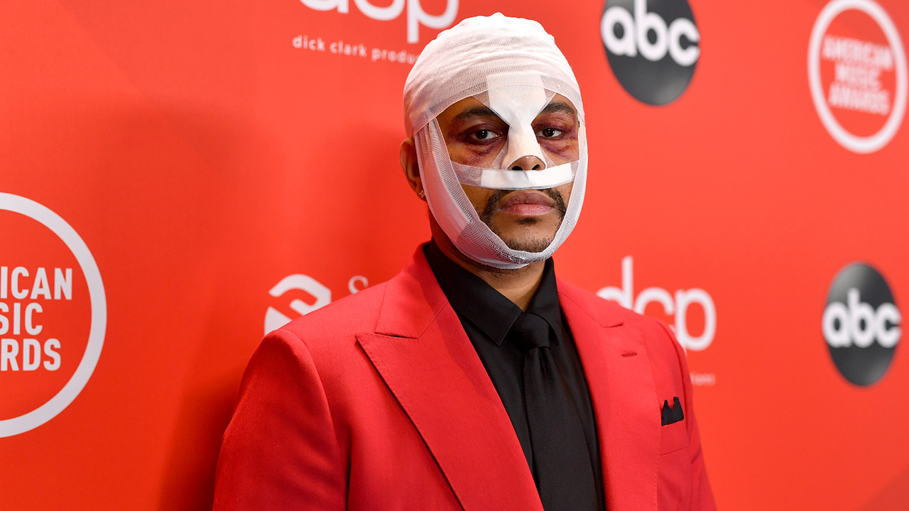 The Weeknd puzzles fans by appearing at the 2020 AMAs with bloodied bandaged face – Fox News