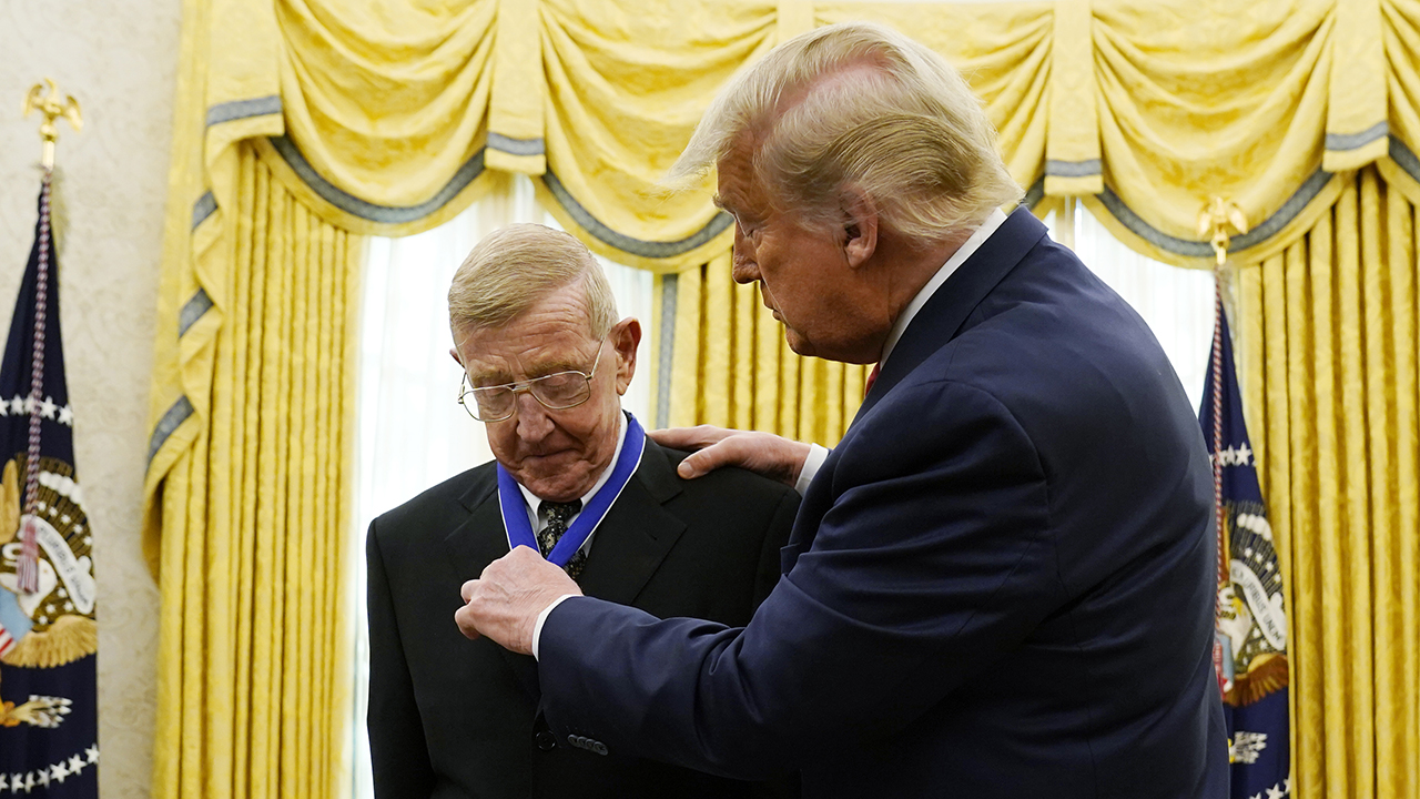 Trump honors Lou Holtz with Presidential Medal of Freedom
