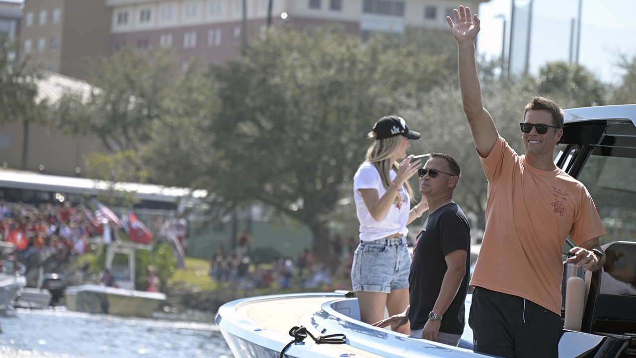 'Drunk Tom Brady' trends as NFL legend is seen partying during Bucs' Super Bowl parade - Fox News