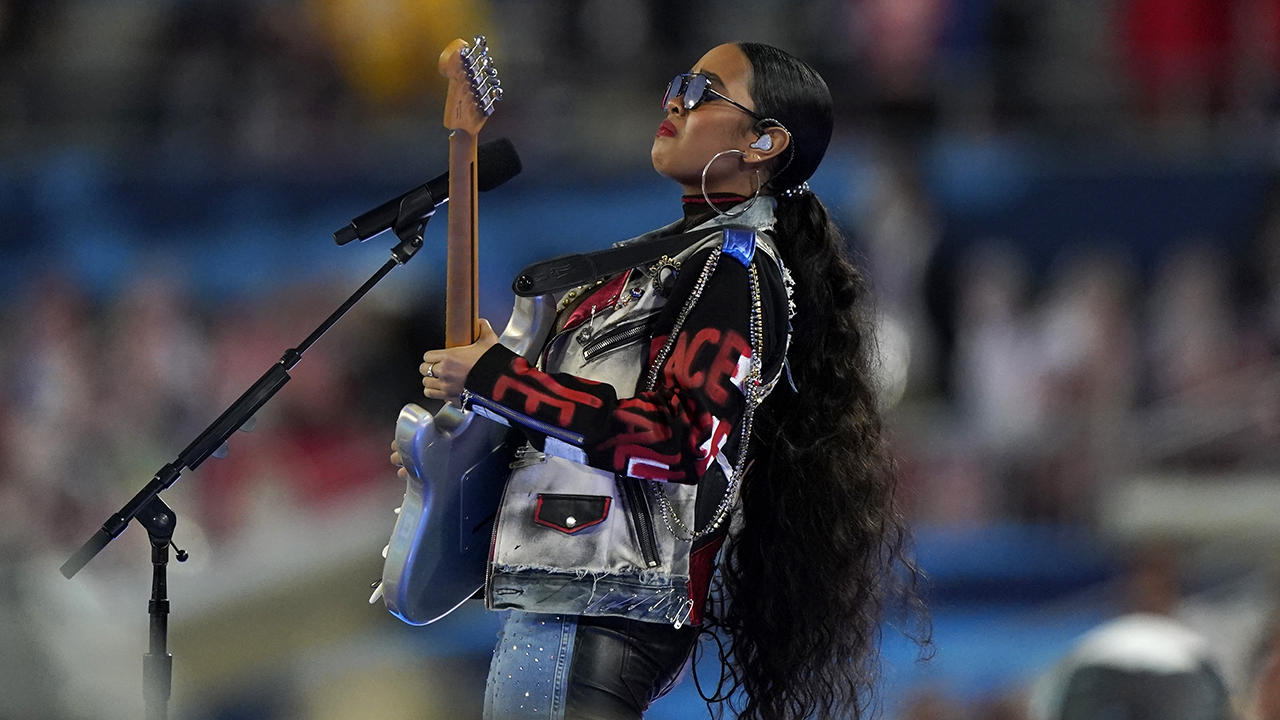 Super Bowl 2021 viewers react to guy advertising drink during H.E.R. performance - Fox News