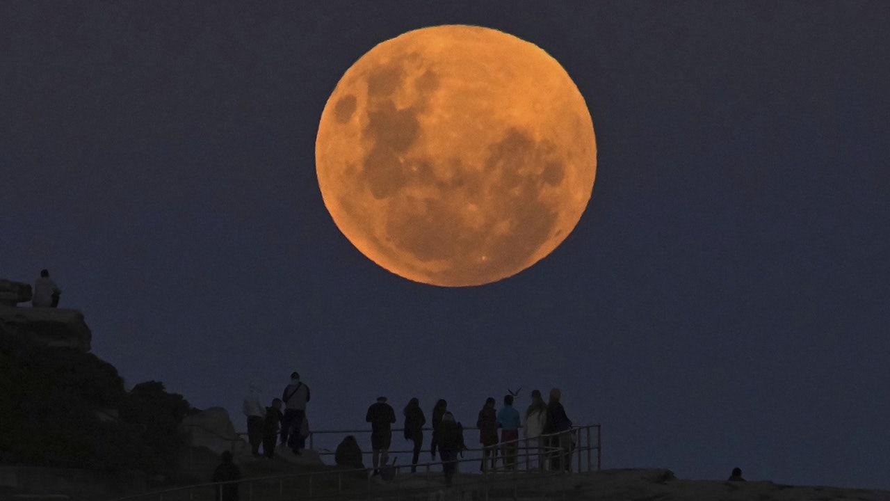 Blood Moon lunar eclipse enthralls viewers