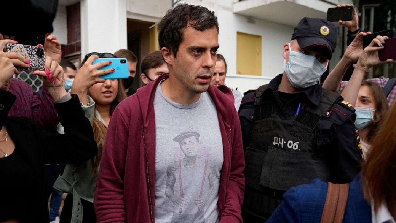 Russian police raid home of investigative journalist