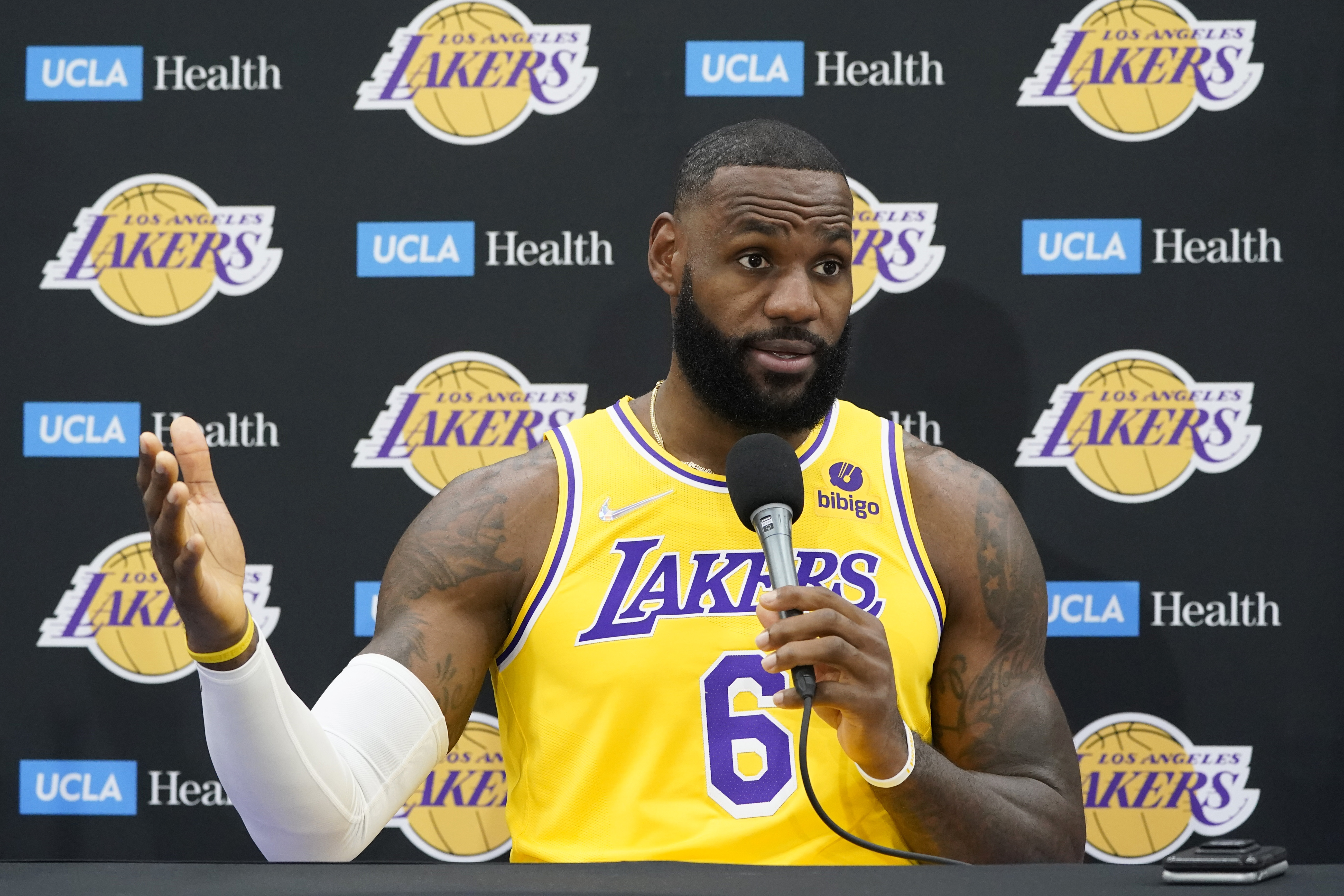 Lakers' LeBron James says he received COVID-19 vaccine: 'I think everyone has their own choice'