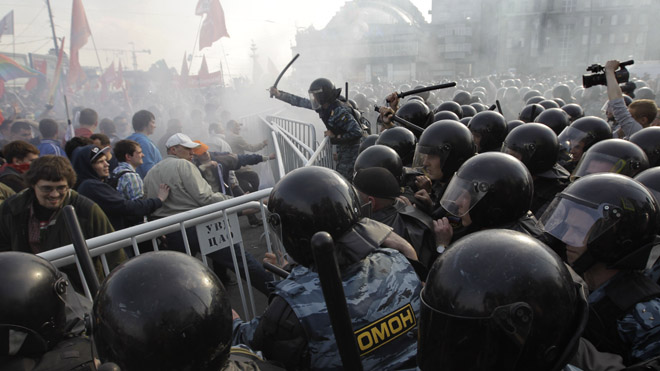 Anti-Putin Protesters Clash With Police; More Than 250 Arrested